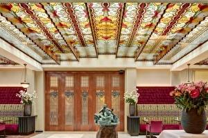 Grand Hotel Amrâth Amsterdam viert voltooiing van uitbreiding Scheepvaarthuis met feestelijke onthulling glas in lood kunstwerk Christie van der Haak