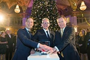 Minister Bruins en wethouder Revis ontsteken lichtjes kerstboom Grand Hotel Amrâth Kurhaus tijdens traditionele 'Christmas Tree Lighting'